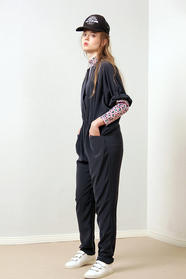 paula-immich-overall-navy-top-leo-sneaker-veja