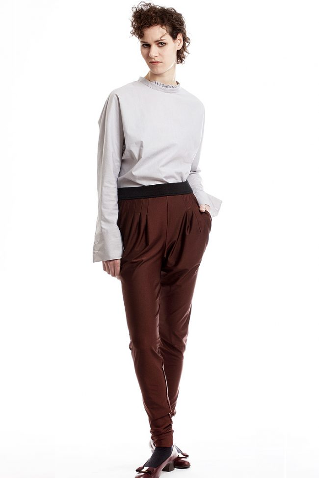leggings-mit-bundfalten-und-hellblaue-bluse-design-paula-immich