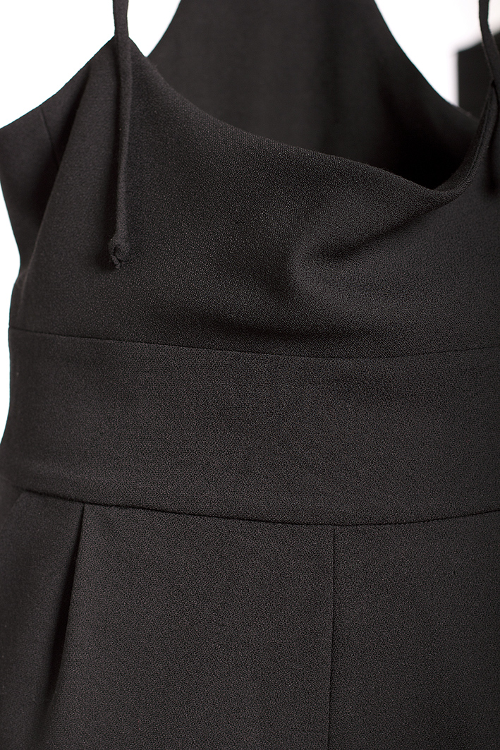 latzhose-aus-schwarzem-wollgeorgette-detail-by-paula-immich