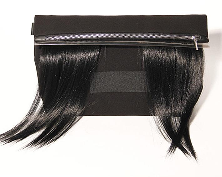 clutch-tasche-mit-kuenstlichem-haar-black-design-paula-immich