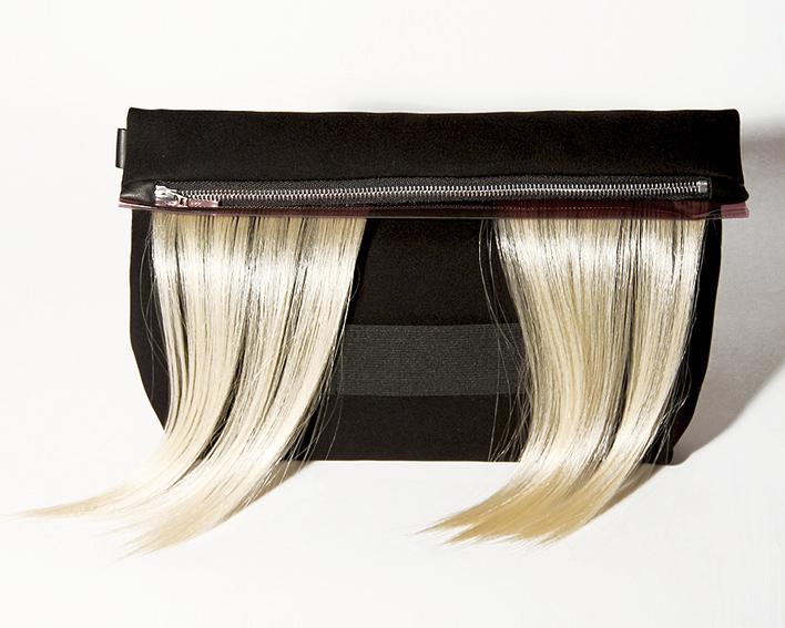 clutch-tasche-mit-kuenstlichem-haar-blonde-design-paula-immich