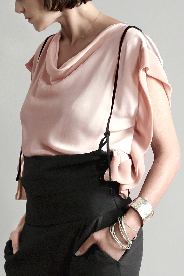 rosa-top-mit-wasserfallkragen-und-georgette-blende-by-paula-immich