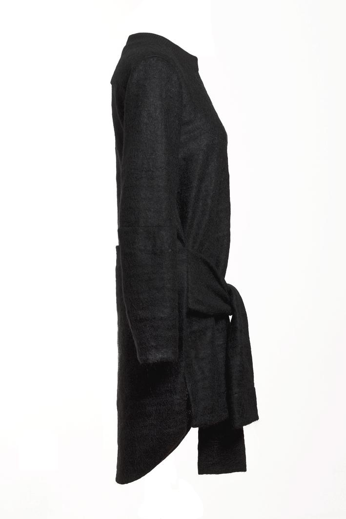 paula-immich-kleid-aus-schwarzem-mohair-strick-seitenansicht-seite