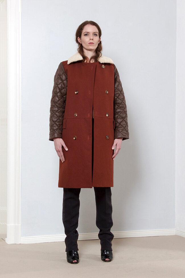 Zweireihiger Mantel aus Canvas mit gesteppten Ärmeln