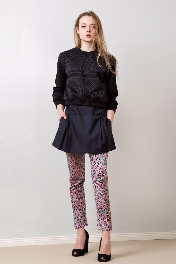 paula-immich-lindabelinda-blaues-kleid-im-sweatshirt-stil-mit-faltenrock