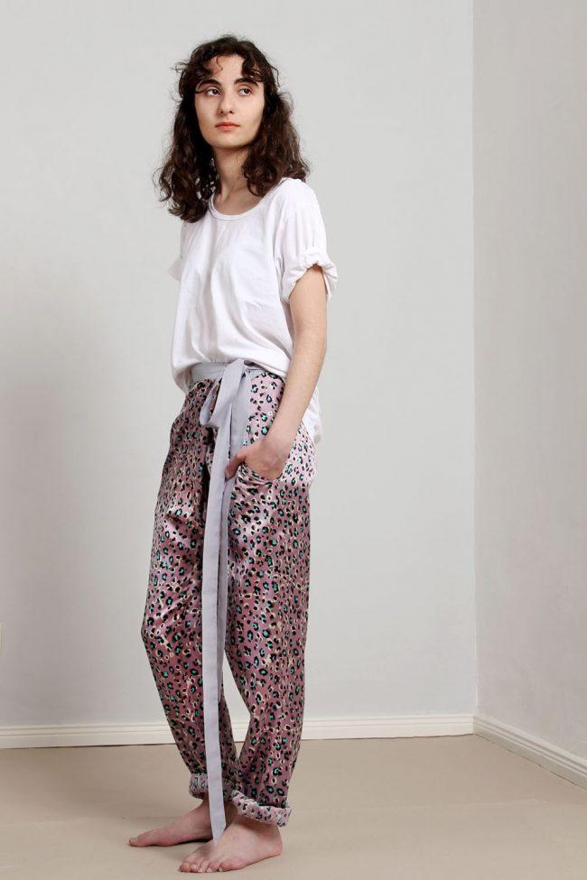 paula-immich-seidenhose-im-pyjama-stil-mit-leo-print