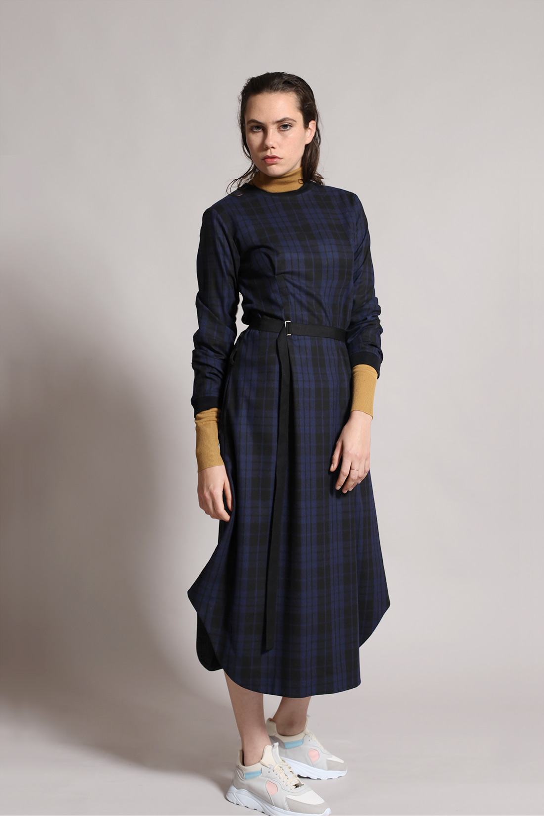 paula-immich-langes-kleid-aus-woll-flanell-mit-karo-muster-in-navy
