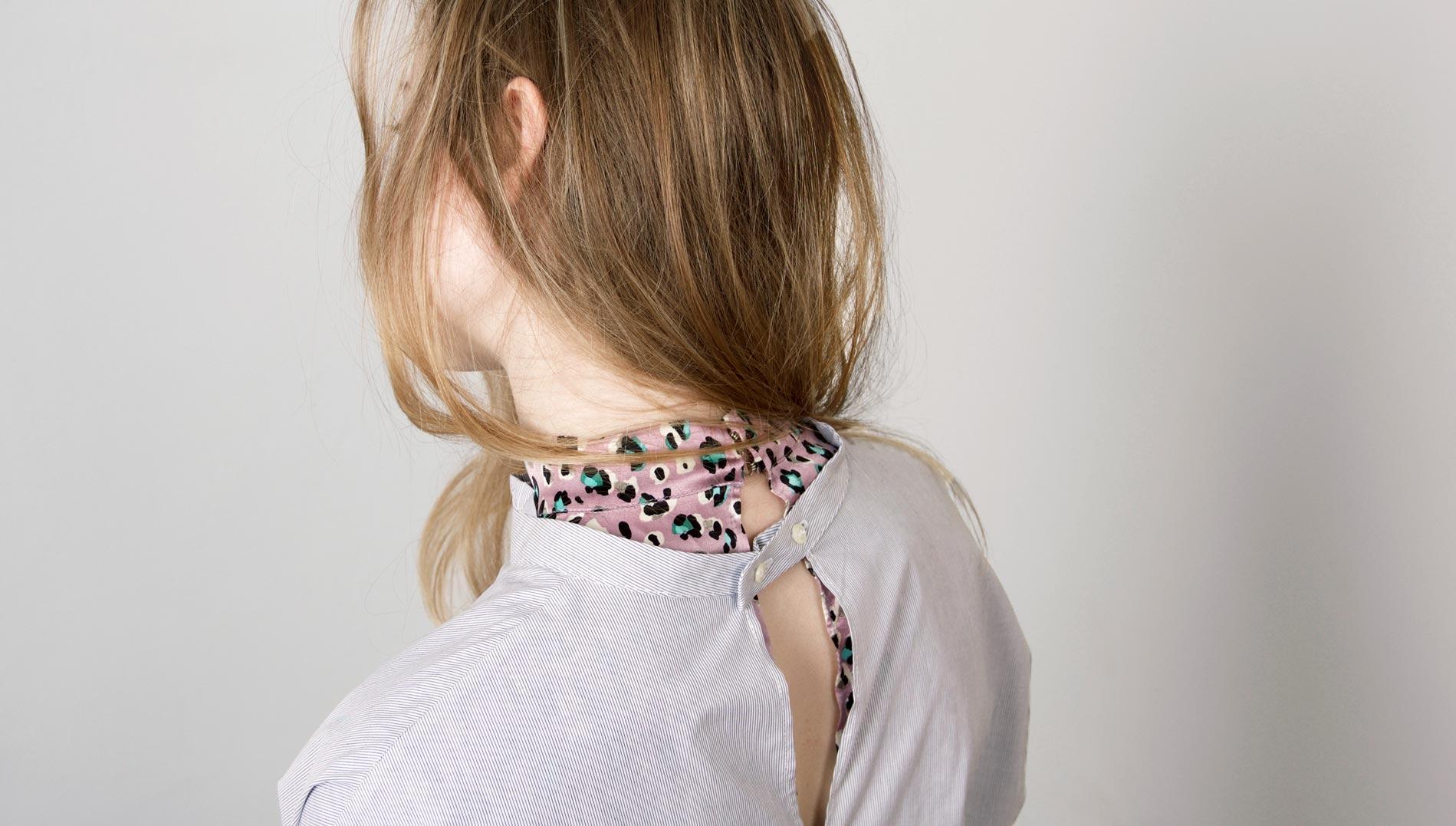 paula-immich-x-lindabellinda-traegt-bluse-mit-stehkragen-und-rueschen
