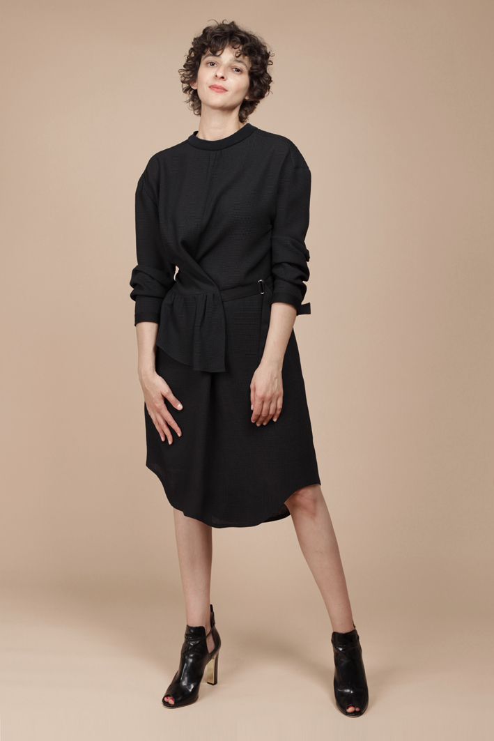 Kleid aus schwarzem Crepe zum Wickeln mit Volant